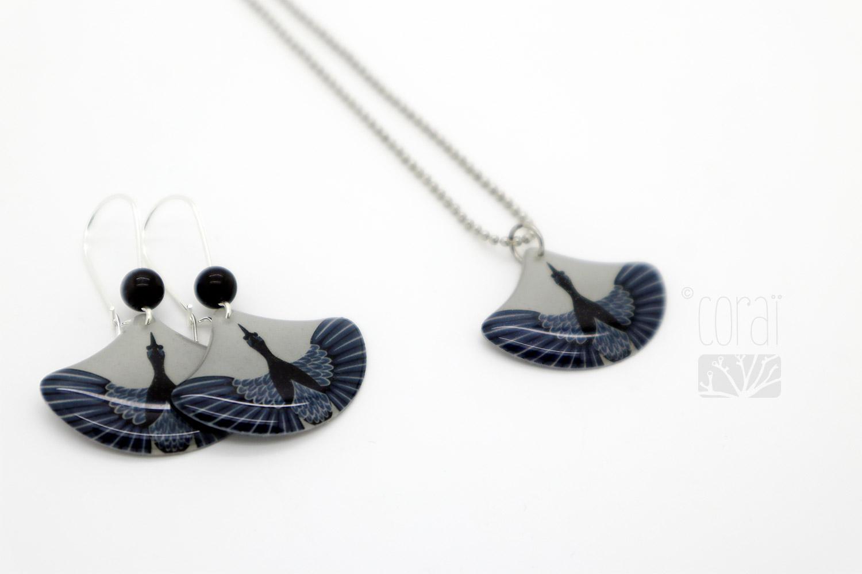 collier chaine billes boucles oreilles motif oiseau vol vu dessus plumes bleu noir bijoux corai2