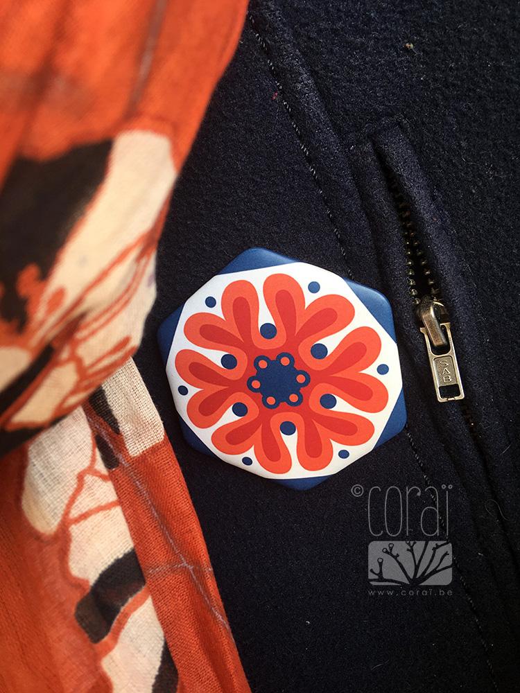 grand badge hexagone retro motif floral rouge orange brique bleu marine ancien carrelage